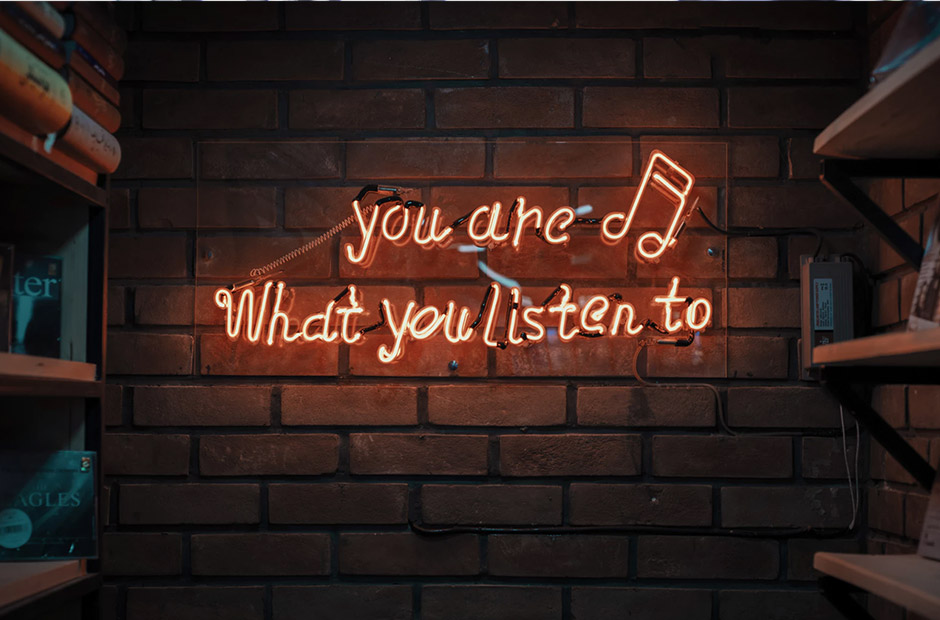 Tekst på vegg: You are what you listen to
